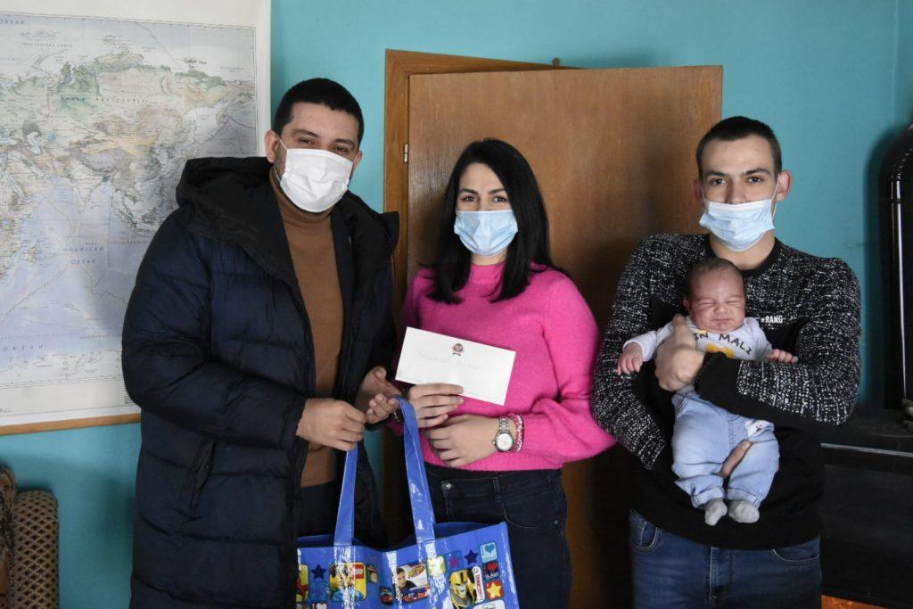 Gradonacelnik u poseti prvorodenim bebama 3